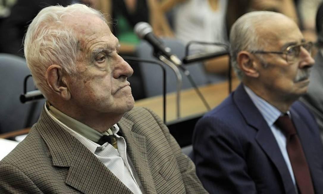 Os ex-ditadores Reynaldo Bignone (à esquerda) e Jorge Rafael Videla durante o julgamento em fevereiro de 2011 - AFP