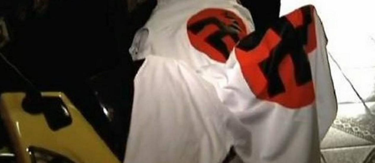 Camisetas com a suástica foram apreendidas - Reprodução TV Globo