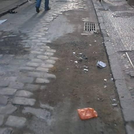 Calçada da Rua do Ouvidor, ponto histórico do Rio, está cheia de buracos. Foto do leitor Anderson Frade Eu-Repórter