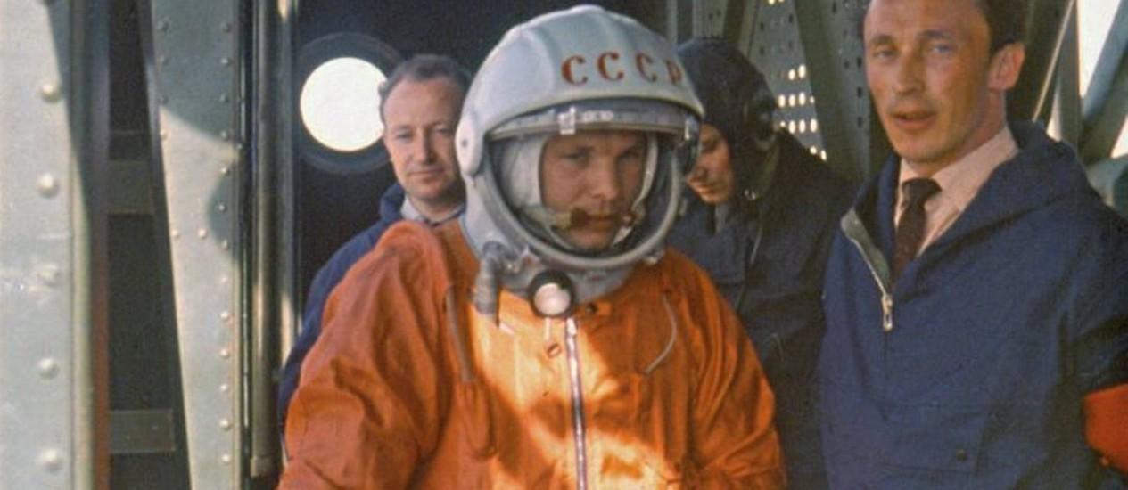 Gagarin entra na Vostok antes de partir para sua missão espacial AP