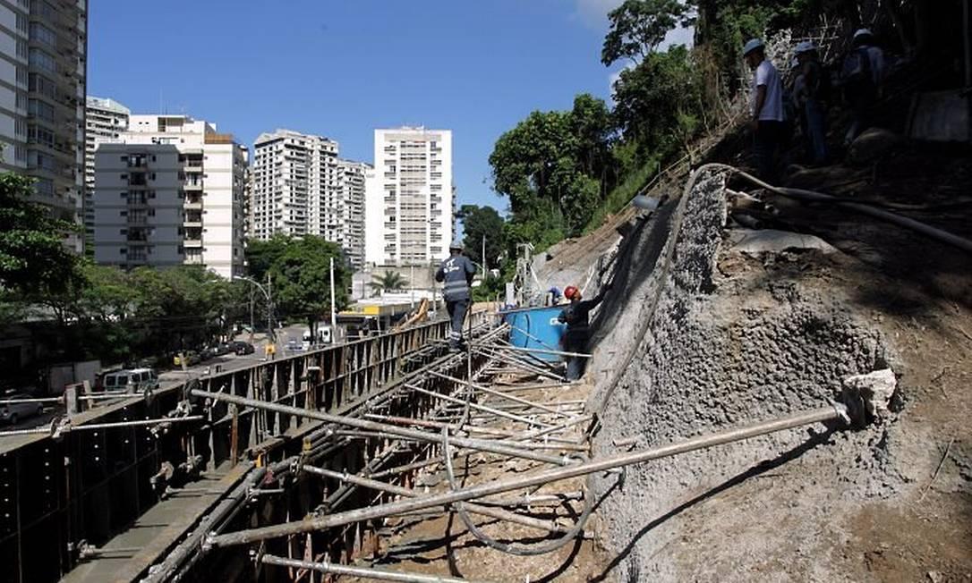 O secretário Estadual de Transportes, Júlio Lopes, visita o canteiro de obras da Linha 4 do Metrô, em São Conrado (Foto: Gabriel de Paiva Agência O Globo)