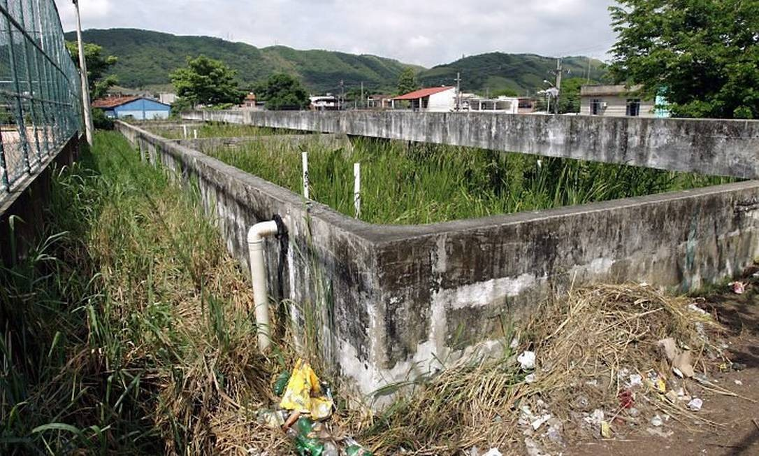 Estações de tratamento de esgoto abandonadas de Campo Grande são focos de mosquitos da dengue. Estação de Vilar Carioca, em Inhoaíba (Foto: Gabriel de Paiva Agência O Globo)