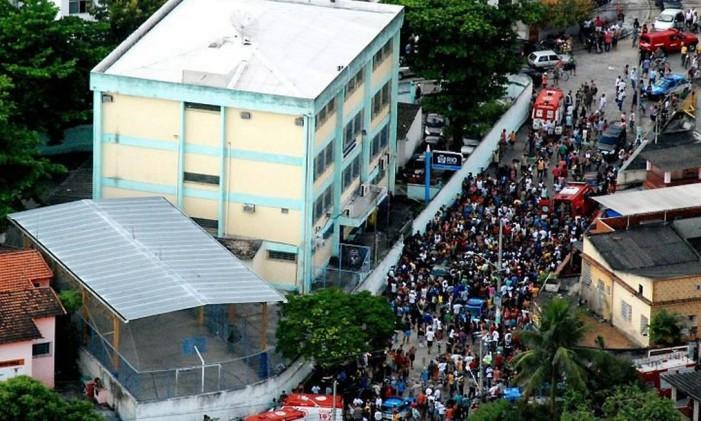 Pessoas se aglomeram na porta da Escola Municipal Tasso da Silveira, em Realengo, no dia da tragédia, em abril de 2011 Foto: Gabriel de Paiva / Agência O Globo
