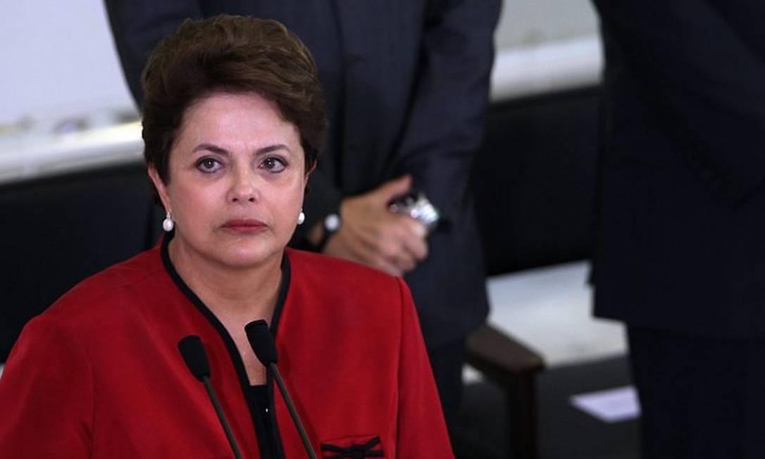 Dilma com os olhos marejados em cerimônia em Brasília: 'um minuto de silêncio' Foto: Gustavo Miranda - O Globo