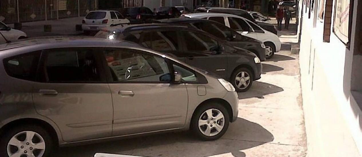 Carros estacionam em cima da calçada na Tijuca. Foto do leitor Vinicius Frota Eu-Repórter