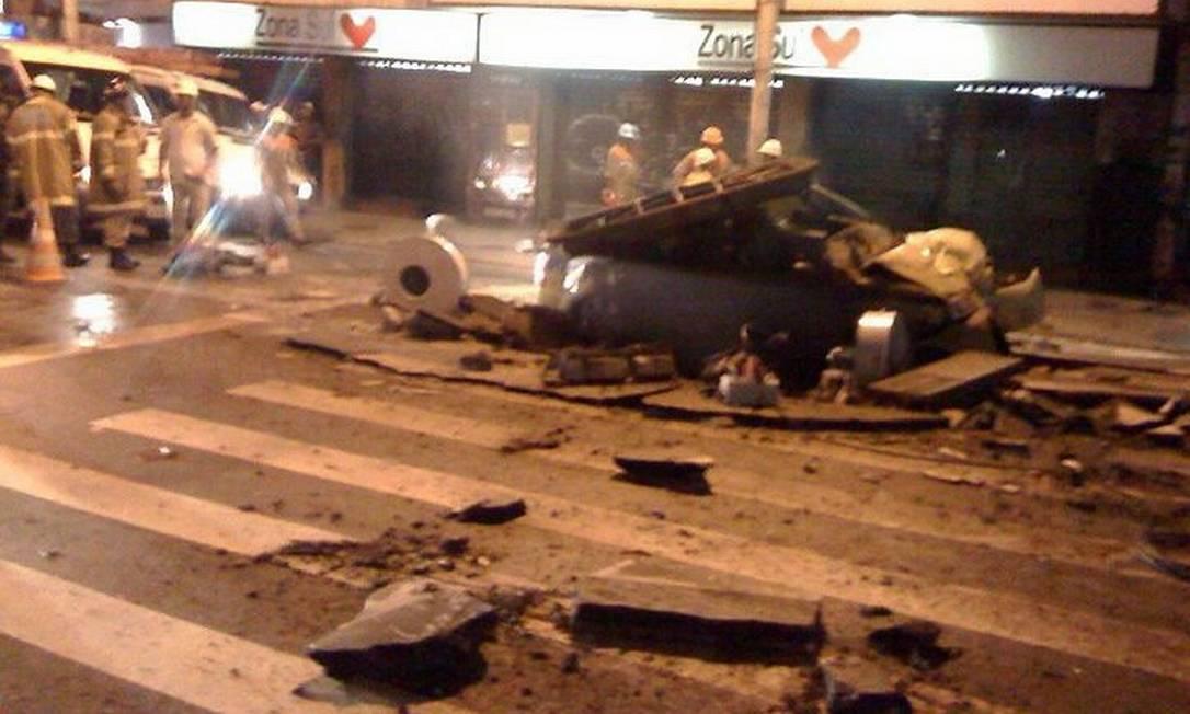 Bueiro da Light explode em Copacabana (Foto: Gustavo Pellizzon Agência O Globo)