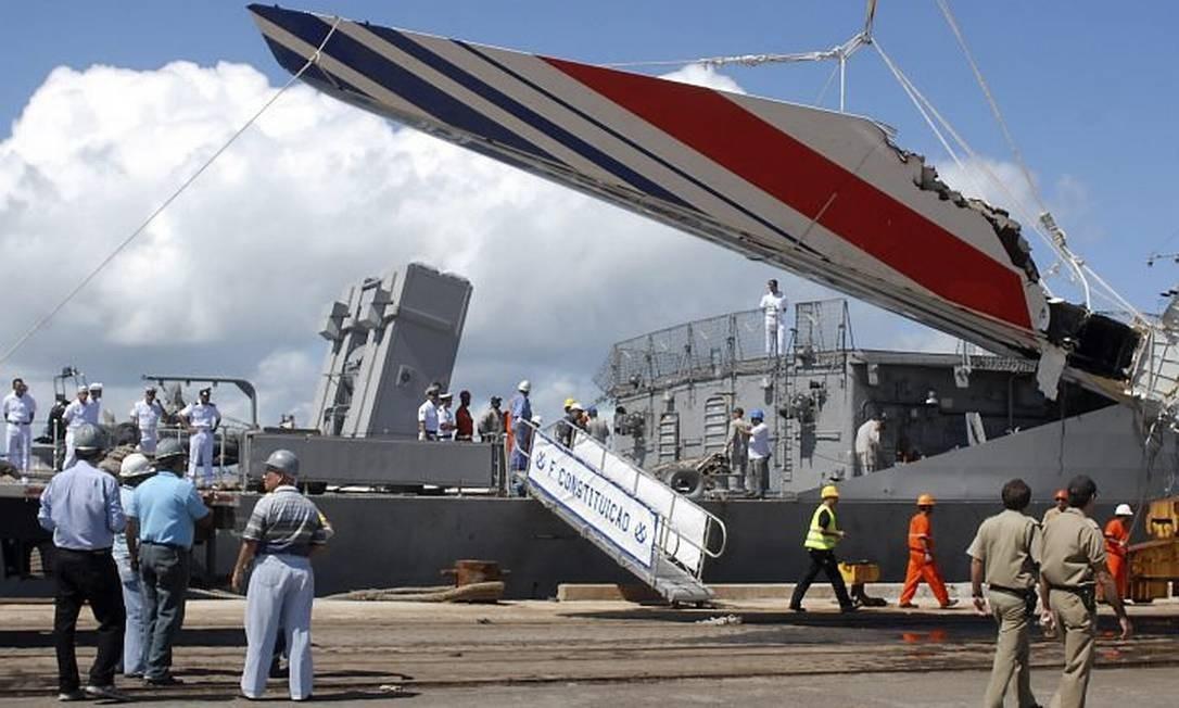 Parte da asa do avião da Air France é içada no Rio - Foto de arquivo Reuters