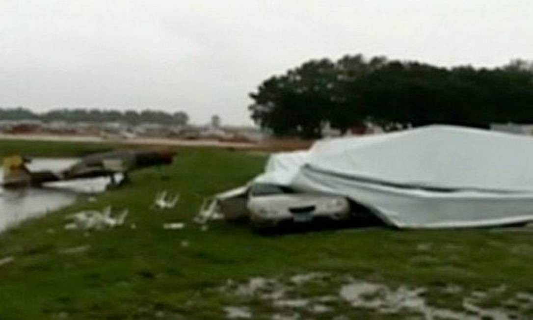 Aeroporto de Lakeland, Flórida, atingido por fortes ventos - ReproduçãoCNN