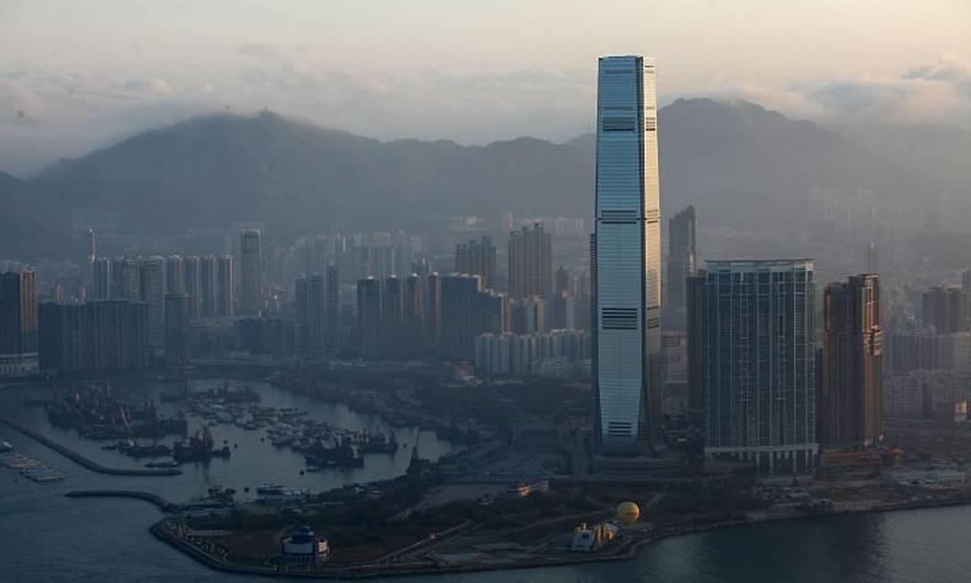 O International Commerce Centre, onde está Ritz-Carlton, destacado dos prédios vizinhos, em Hong Kong: hotel mais alto do mundo Foto: Ed Jones AFP