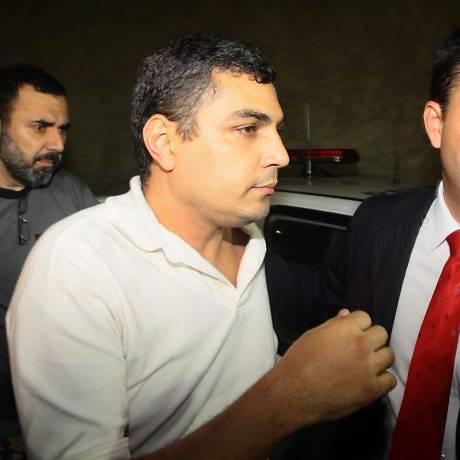 Pai da menina Joana, Andre Marins chega com a policia civil ao DECAV em outubro de 2010 (Foto: Pedro Kirilos Agência O Globo)
