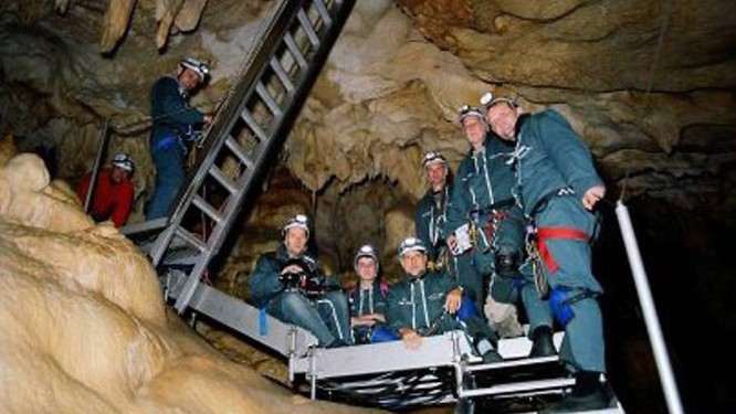 A equipe de Herzog que trabalhou na gruta: apenas seis dias de filmagens foram autorizadosFoto: Divulgação