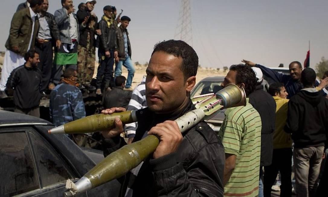 Rebelde carrega míssil após retomada de cidade estratégica na Líbia Foto: Anja Niedringhaus AP