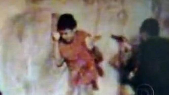 Imagens flagraram os PMs atirando no garoto - ReproduçãoTV Globo