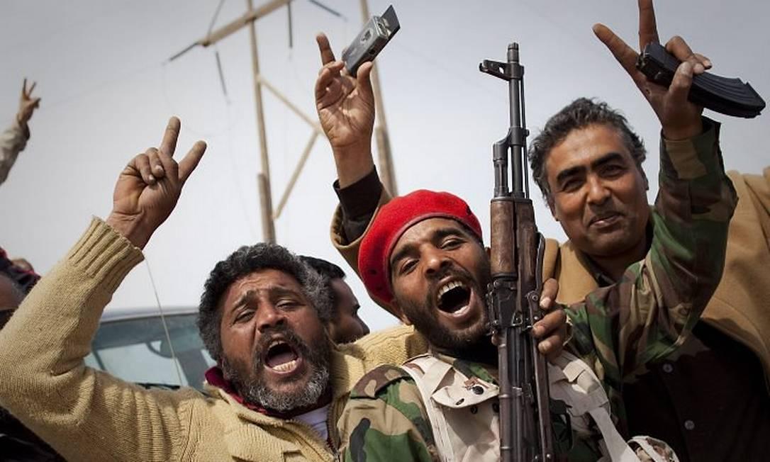 Soldados rebeldes comemoram a retomada de Brega, na Líbia, neste domingoFoto: Anja Niedringhaus AP