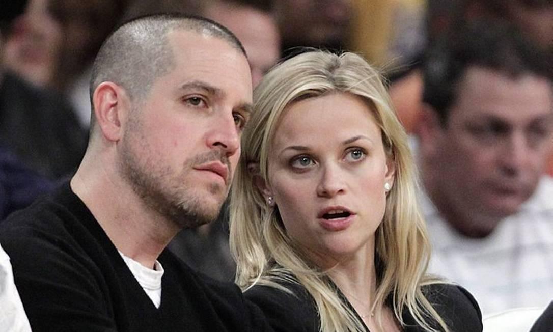 Reese Witherspoon e o marido Jim Toth assistem a jogo da NBA
