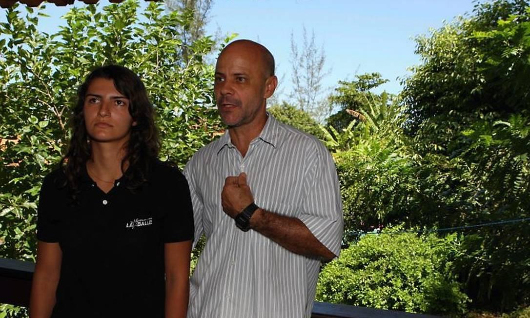 Barbara Brito, que contraiu o tipo 4 da dengue, e seu pai, Luiz Carlos Graça. Foto Marcos TristãoAgência O Globo