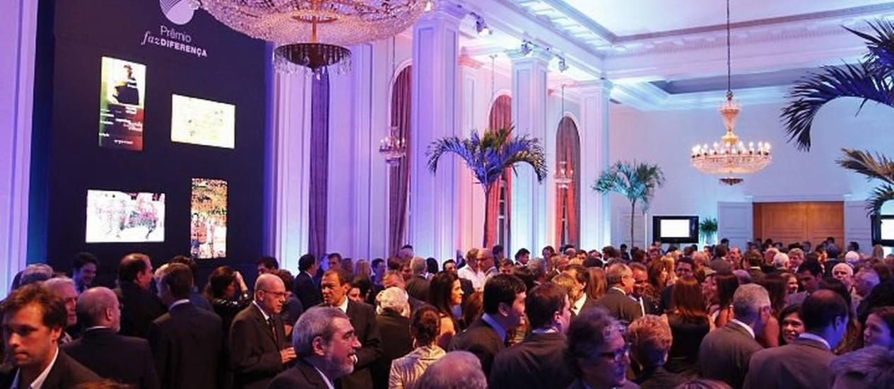 Convidados se preparam para o início da entrega do prêmio Faz Diferença num dos salões do Hotel Copacabana Palace - Foto: Fabio RossiO Globo