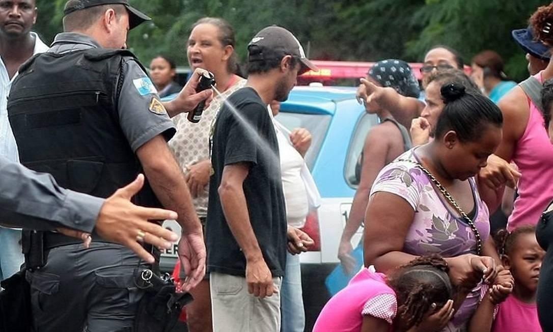 Varias criancas e idosos foram atingidos por spray de pimenta (Foto: Pedro Kirilos Agência O Globo)