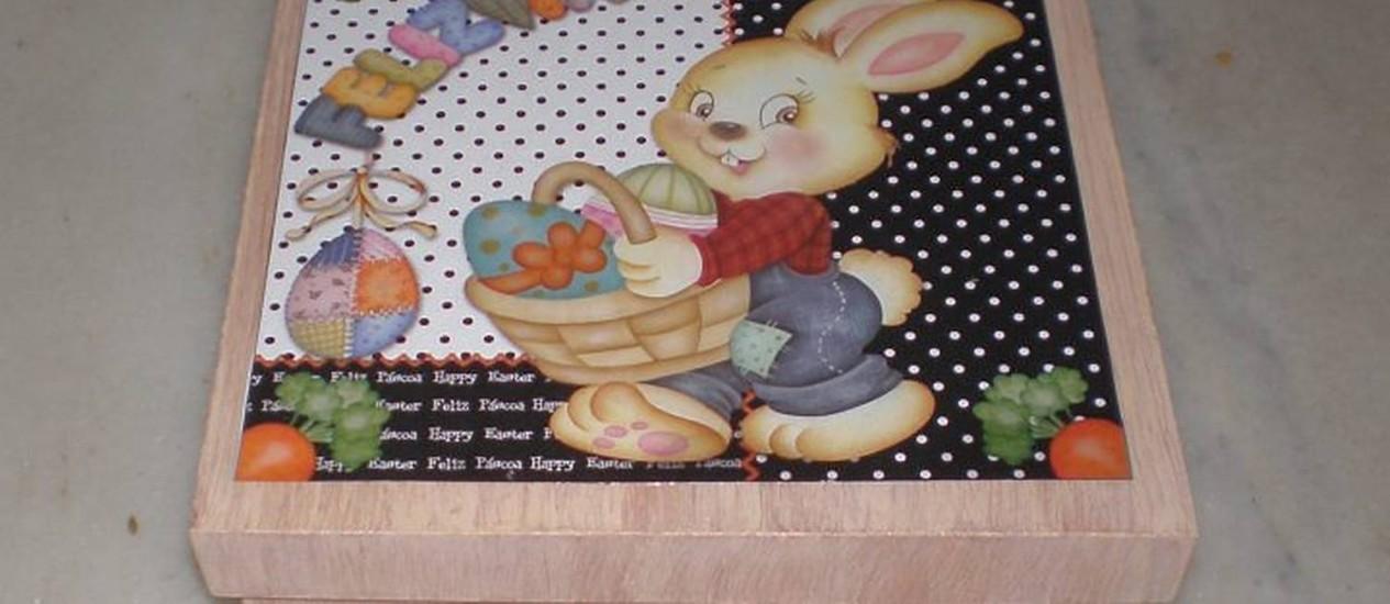 Caixa de MDF decorada com as técnicas de pátina e découpage é uma ótima opção para quem quer ganhar um dinheiro extra na PáscoaFoto: Ione Luques - O Globo