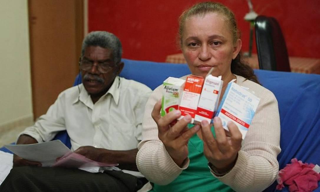 Mãe de Maria Clara segura todos os remédios que foram receitados para a sua filha (Foto: Foto Cléber Júnior Extra Agência O Globo)