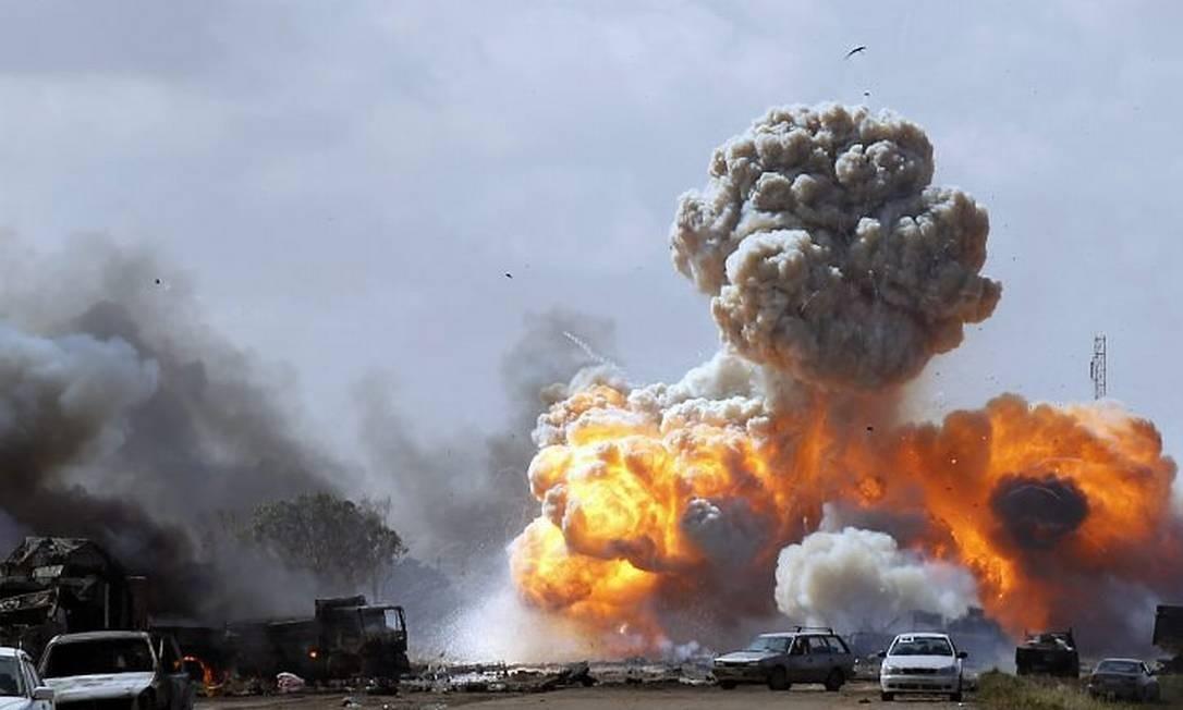 Veículos de forças de Muamar Kadafi são alvo de ataque na estrada ente Ajdabiya e Benghazi - Reuters