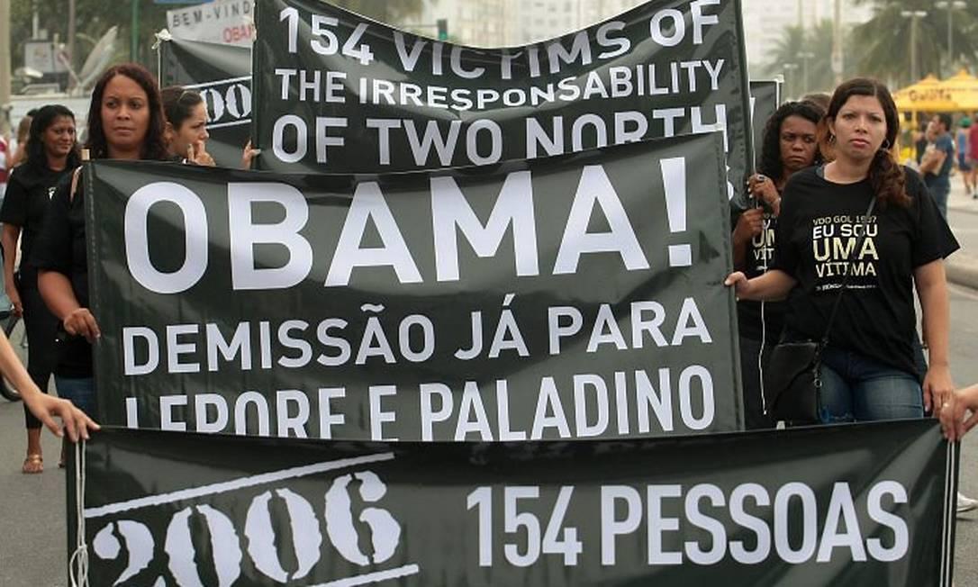 Manifestantes protestam contra pilotos americanos envolvidos em acidente aéreo. Foto: Pedro Kirilos