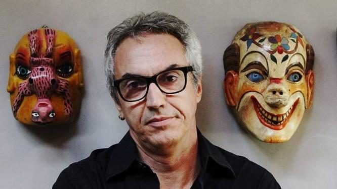 Cláudio Paiva posa em frente à sua coleção de máscaras Foto: Leonardo Aversa