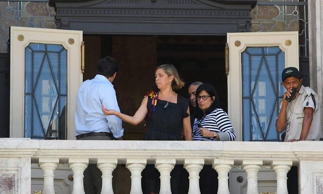 A diretora do Theatro Municipal, Carla Camurati, durante preparativos na Cinelândia para a chegada do presidente dos EUAFoto de Guilherme Pinto