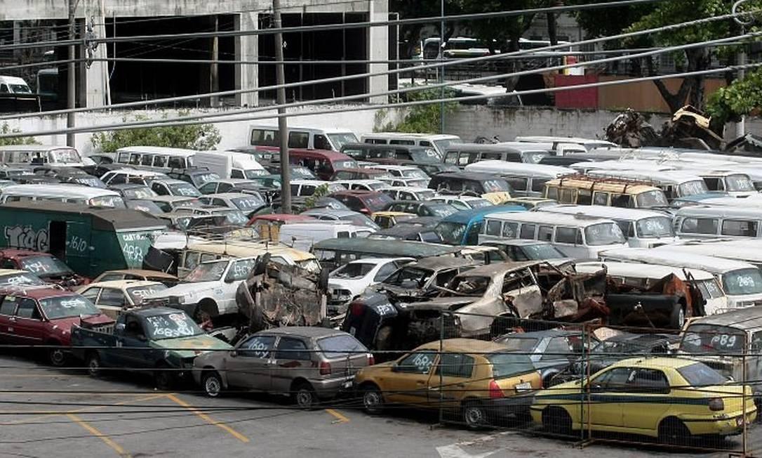 Estacionamento da CEOP, com possíveis foco de dengue (Foto: Pedro Kirilos Agência O Globo)