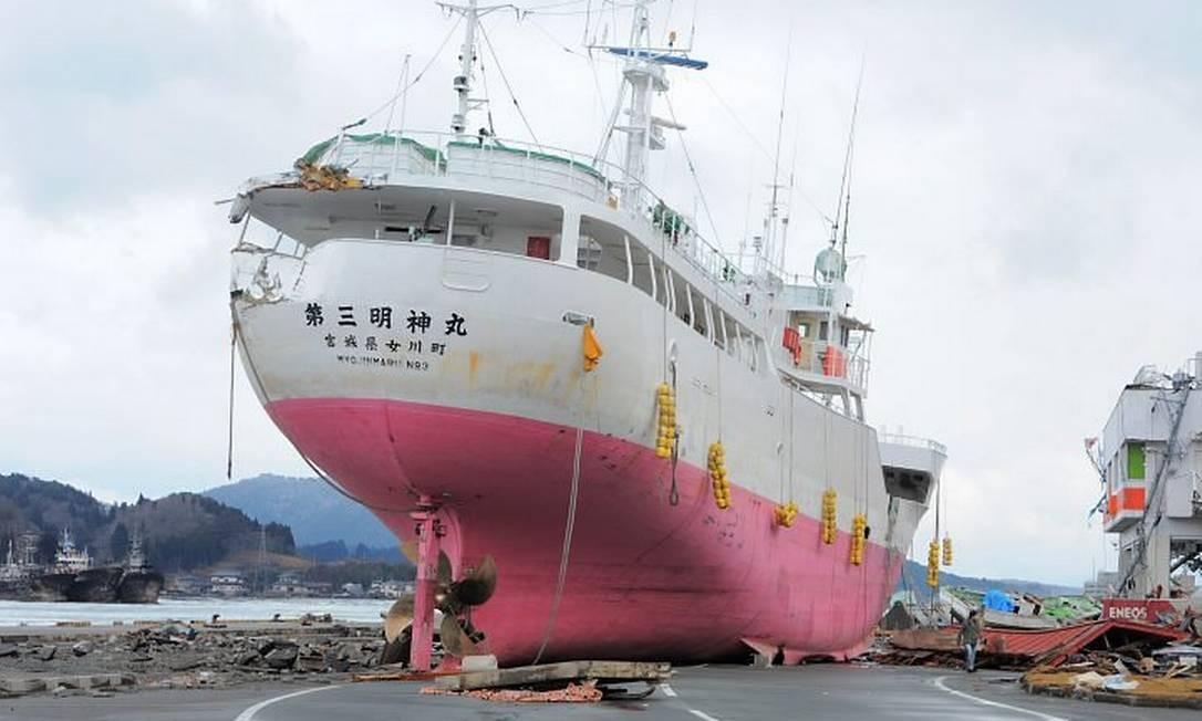 Cinco dias após o terremoto e a tsunami no Japão, barco continua no meio da rua em Kesennuma, na província de Miyagi - AFP