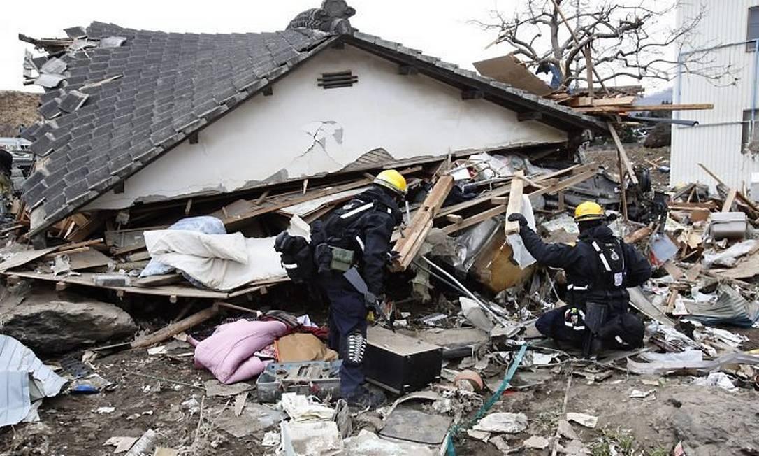 Bombeiros americanos ajudam nas buscas em Ofunato, na região de Iwate - AP