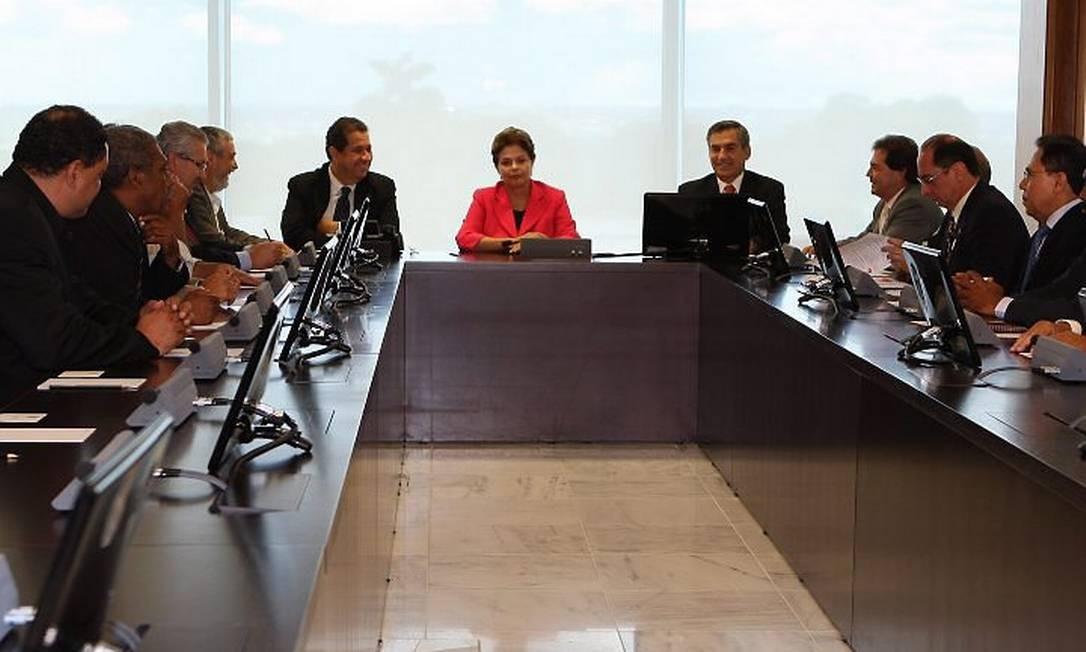 A presidente Dilma Rousseff, ao lado dos ministros Carlos Lupi e Gilberto Carvalho, durante encontro com as lideranças de seis centrais sindicais - Foto de Gustavo Miranda