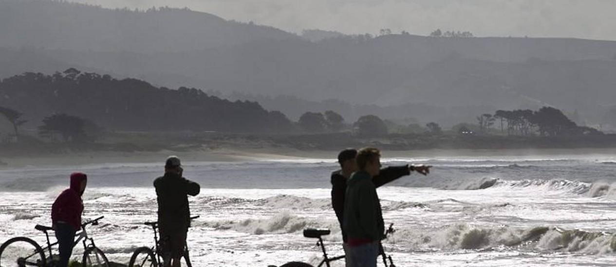 Pessoas observam o mar em San Francisco, na Califórnia - AFP