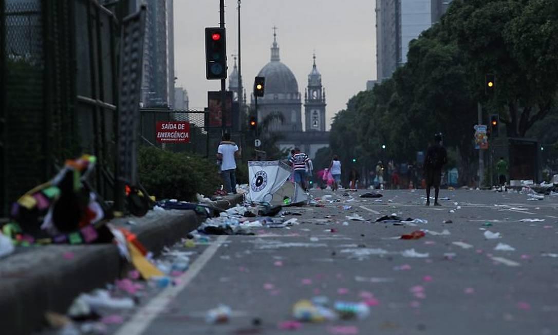 Presidente Vargas amanhece com lixo nesta quarta-feira, dando trabalho aos garis da Comlurb Foto de Márcia Foletto