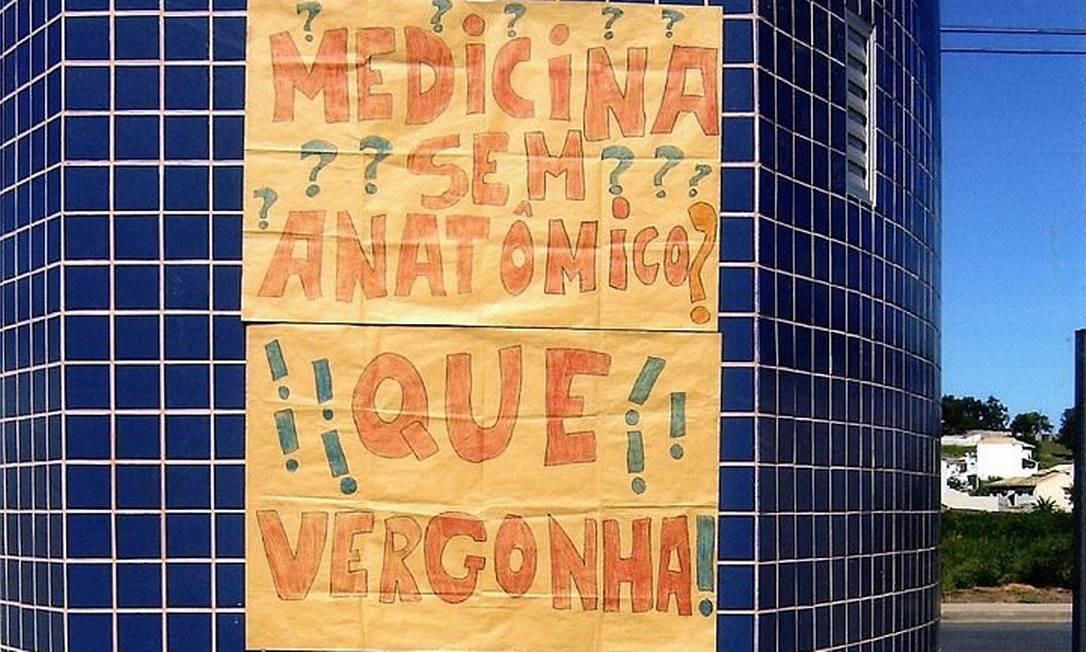 Cartaz no campus de Macaé protesta contra falta de materiais básicos para o curso de Medicina da UFRJ na cidade Arquivo Pessoal
