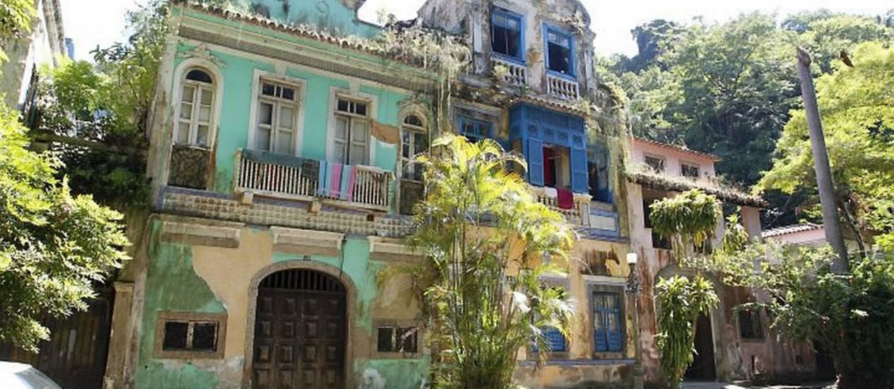 Abandono do Largo do Boticário - Os casarões tombados viraram cortiços (Foto: Fabio Rossi Agência O Globo)