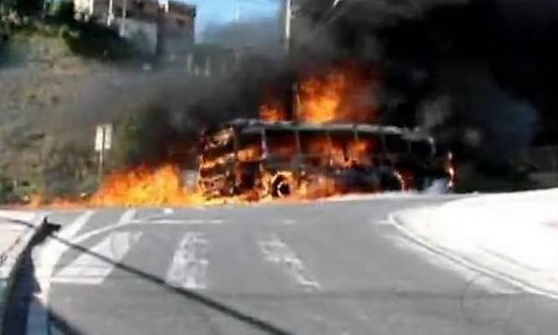 Policiais são suspeitos da morte de tio e sobrinho no Aglomerado da Serra; moradores protestaram - Reprodução TV Globo