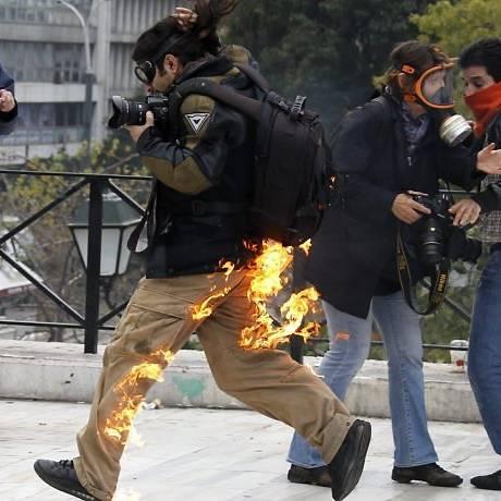 Fotógrafo tenta escapar das chamas de uma bomba incendiária Foto: Reuters