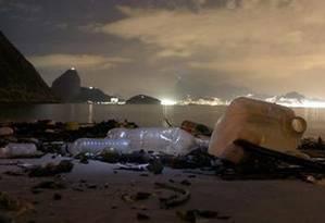Lixo em um dos cartões postais da cidade mostra a relação do carioca com as praias. Foto: Custódio Coimbra