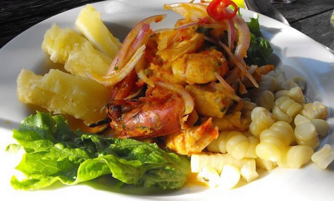 Camarões com batatas e milho no La Mar, de Gastón Acúrio, em Lima Foto: Luisa Valle