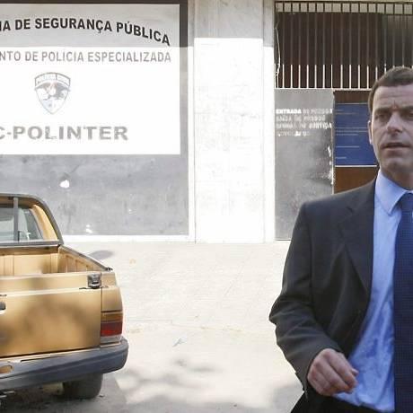 Allan Turnowski deixa a sede da Draco após entrevista coletiva (Foto: André Teixeira Agência O Globo)