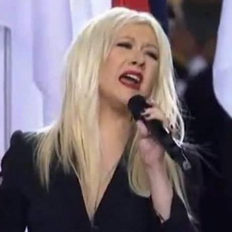 Christina Aguilera errou letra do hino americano