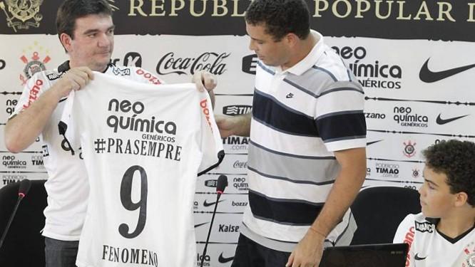 Ronaldo ganha uma camisa do presidente do Corinthians , Andrés Sanchez - Marcos Alves