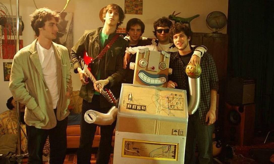 A banda Ganesha, com o robô que levará para o protesto antes do show do LCD Soundsystem