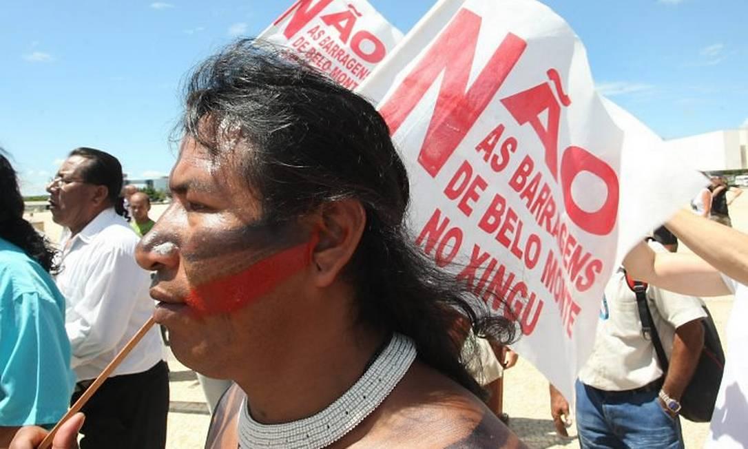 Índios e representantes de movimentos sociais realizam manifestação em Brasília contra as obras da usina de Belo Monte Givaldo Barbosa
