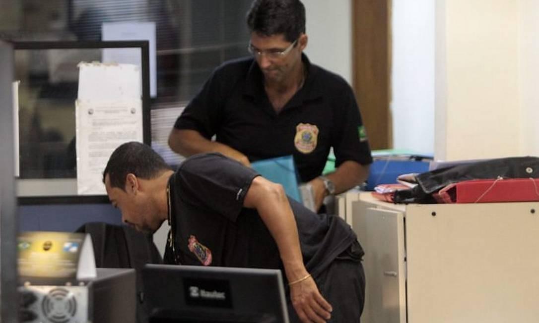 Agentes da PF fazem buscas na 22ª DP (Penha) Foto: Gabriel de Paiva