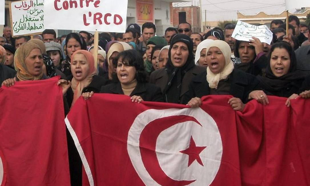Tunisianos protestam contra o partido do ex-ditador Ben Ali AFP