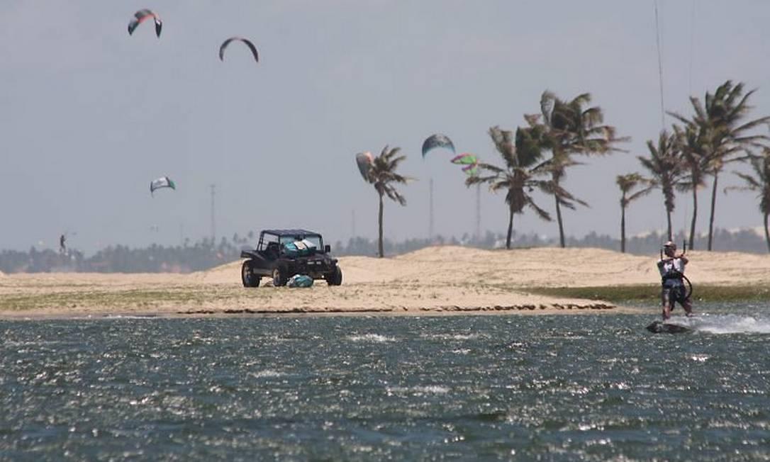 Buggy passeia perto de praticantes de kitesurfe na Barra do Cauípe: melhor lugar para o esporte Foto: Bruno Agostini