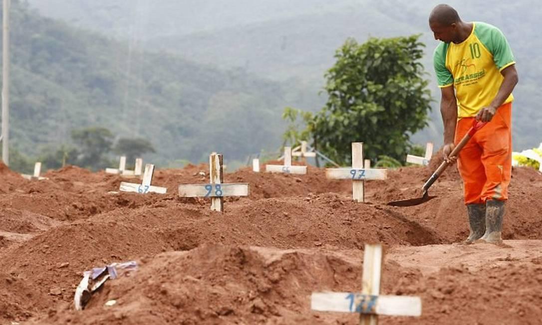 Coveiro em cemitério de Teresópolis Foto: Pablo Jacob - Extra - O Globo