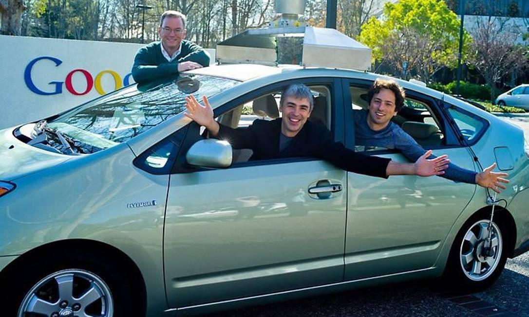 Eric Schmidt ao lado do carro com Larry Page e Sergei Brin, fundadores do Google Foto: Reprodução